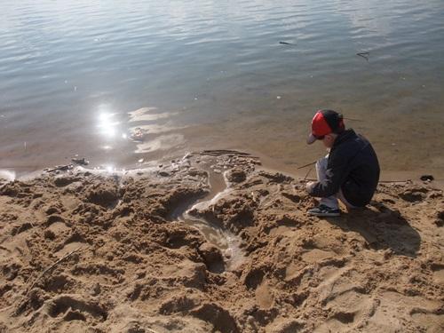 10. Przy brzegu patyczki, kamyczki. I strumyk na niby płynie, fot. Stefania Pruszyńska, SCF9542