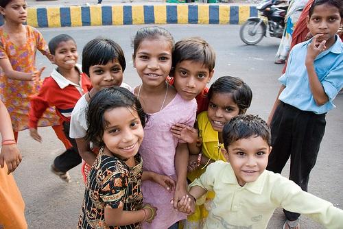 tecze-i-cienie-indii-dzieci-napotkane-na-ulicy-fot-dominik-golenia